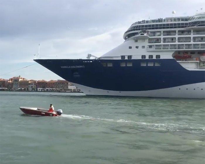 Paura a Venezia, grande nave in avaria sul canale della Giudecca